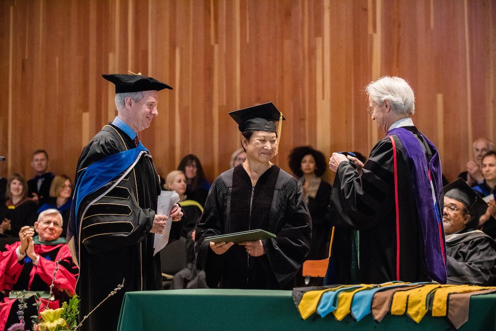 Nadinne Cruz receives honorary degree